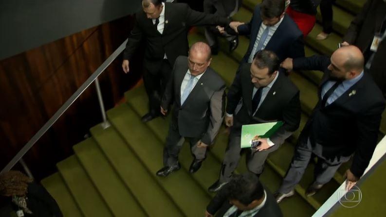 Presidente Jair Bolsonaro revogou regras que facilitariam o porte de armas no país, mas editou decretos e um projeto de lei que tratam do mesmo tema: https://glo.bo/2IKqW4w #JN