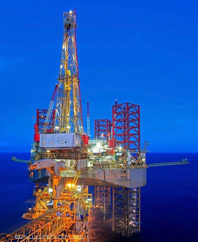 Drilling Operation in Makassar Strait Indonesia erwinharia_petroimages - - - - Credit: i_love_petroleum_engineering Follow offshorejob_com - - - - #offshore #offshorelife #offshorelifestyl #oilrig #OilRigs #oilriglife #Anchor #oilandgas #sailor #ship #shiplife #seaman #seamen