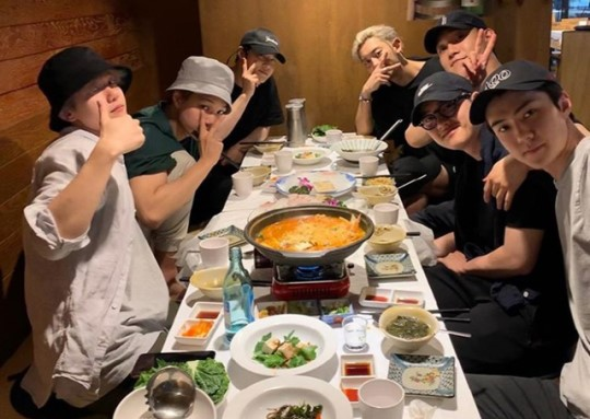 """""""This is a nice sight~ We can see that the members look the happiest when they are together"""" """"Just the image of them together makes me happy~~ #EXO is cool. They are people with warm hearts..."""" """"EXO who has good relationship is pretty""""  Source:  https:// entertain.naver.com/read?oid=076&a id=0003433918  … <br>http://pic.twitter.com/H8KzghHUyv"""