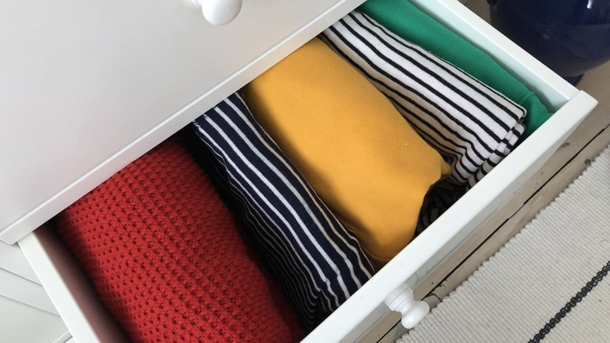 👉 @MarieKondo folding techniques- folding clothes, towels and sheets so that they can stack vertically in drawers is genius! Find out why via @RealHomes >> https://buff.ly/2xjIP3L   #laundry #tutorial #laundryhacks #MarieKondo