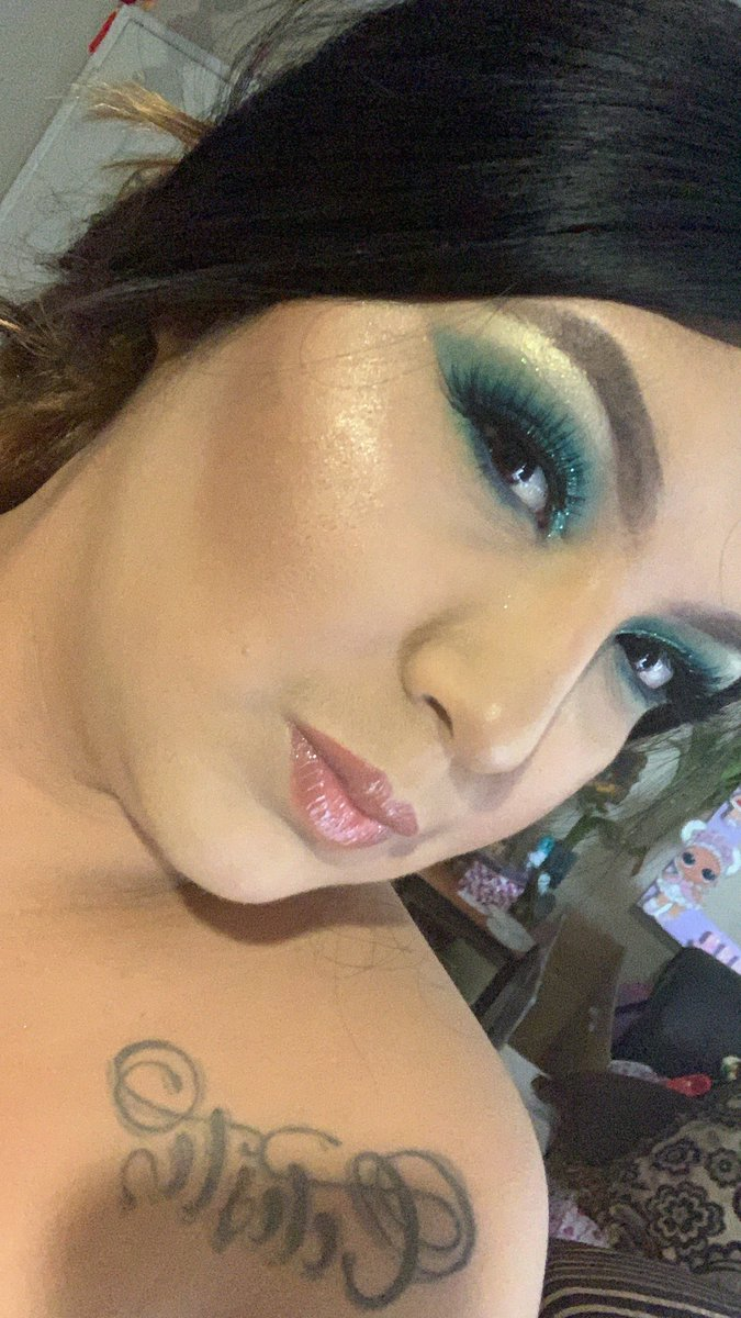 @LiveGlamCo x  @LEXXXLIEEE Palette was feeling blue vibes #mermaidvibes#makelook pic.twitter.com/eV92hRXl0K