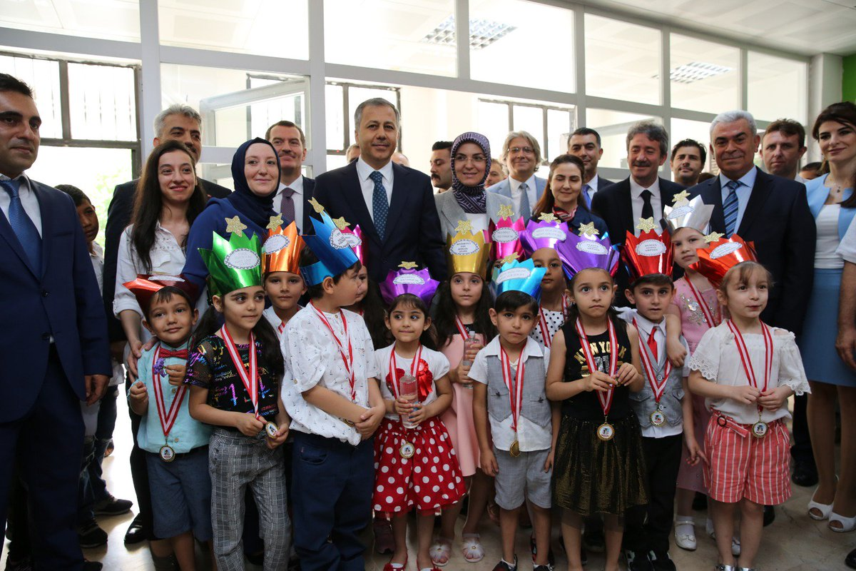 1- Bu gün, 6 bin 674 okulumuzda,  2 milyon 820 bin öğrencimiz için  #karnegünü günü... Tüm yavrularımızın gözlerinden öpüyor; öğretmen, idareci ve velilerimizi tebrik ediyorum.