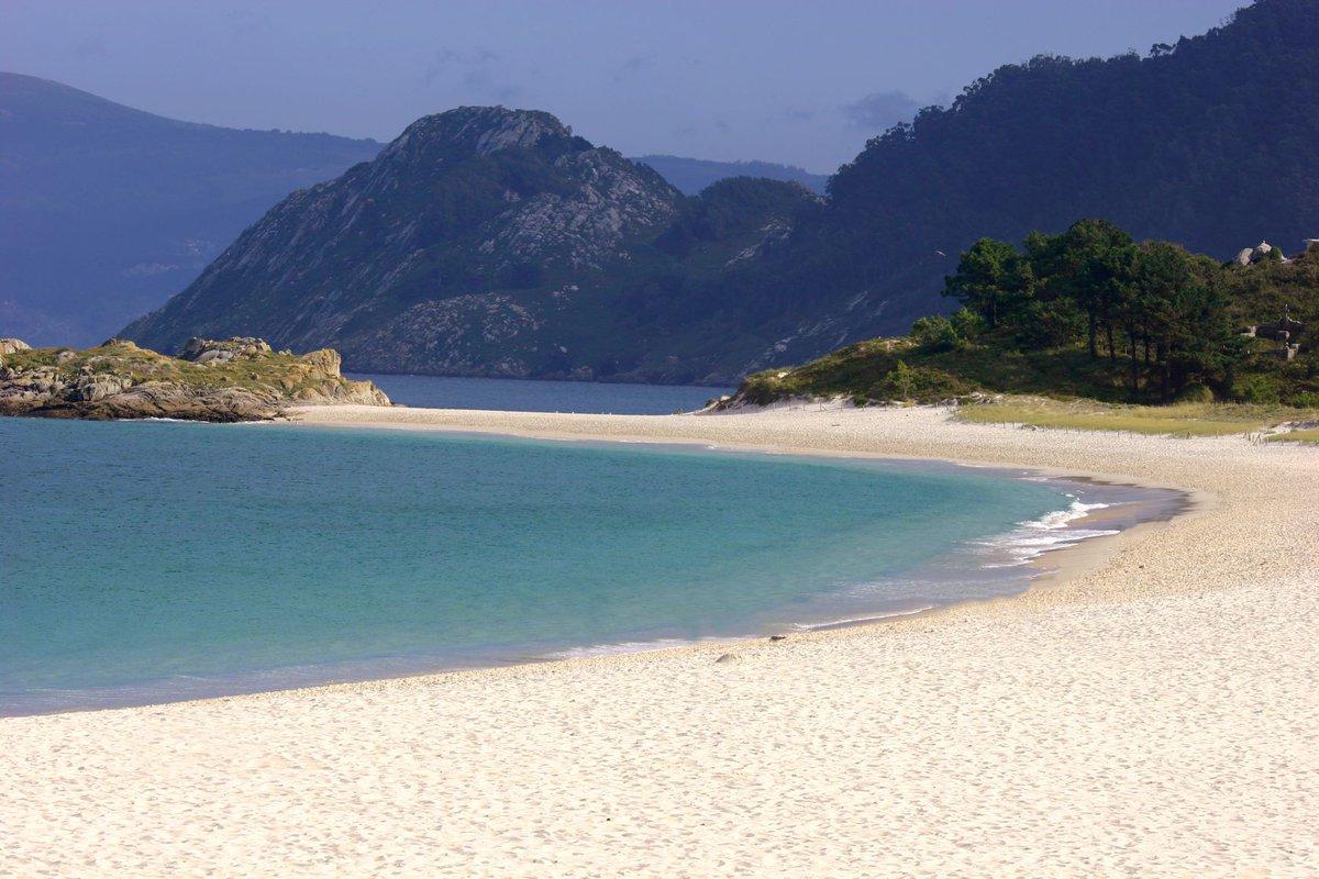 #Vigo presume de playas, desde las familiares a las más salvajes, y este año bate récord en banderas azules. Un destino perfecto para los amantes del mar. ¿#Volamos?  #ConectamosRegiones #Volar #Viajar #FlyToVigo #IslasCíes