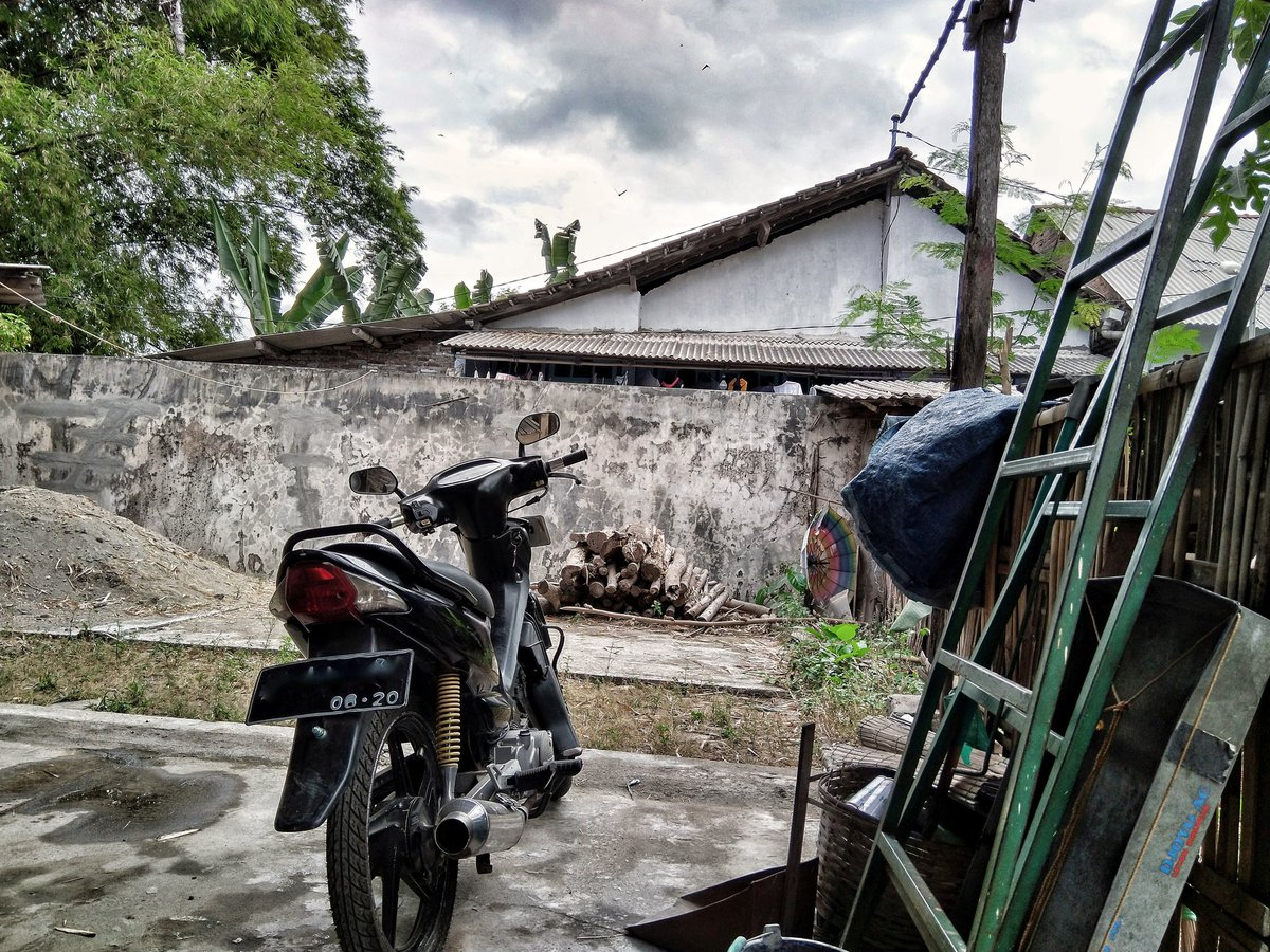 #photography #photograph #smartphonephotography #photographer #art #snapseed #house #picture #nature #bikes #black #trees #lfl #dramatic #l4l #likeforlike #motorcycle #motor #outdoor #sky #workshop #cloudy #indonesia #asia #jawatimur #사진 #흐린날 #하늘 #오토바이 #인도네시아