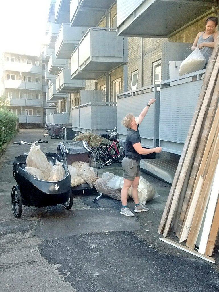 """Renovación de un departamento en Copenhague significa llevar los escombros al centro de reciclaje - si sos muy comprometido, lo haces en #bicicargo. Nota que son mujeres trabajando: no existen """"trabajos solo para hombres ni solo para mujeres"""" #girlpower #cargobikespic.twitter.com/RtrTgZ4bwa"""