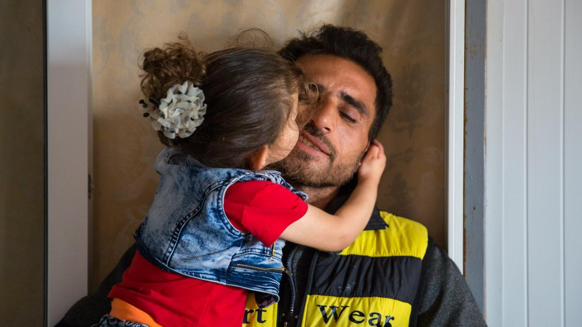 Happy #FathersDay dads! We're celebrating inspiring fathers living in #Zaatari #Refugee Camp -> http://bit.ly/FathersDay_Refugees… 📸@rosielyse / War Child UK
