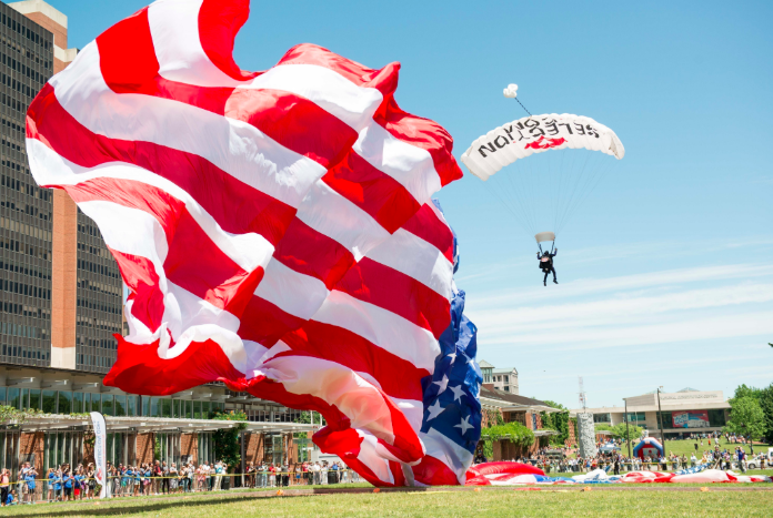 We're celebrating #flagday @ConstitutionCtr's annual Stars and Stripes Festival, featuring a flag-raising ceremony at the @BetsyRossHouse and #NationalConstitutionCenter Front Lawn, a sky diving performance over #IndependenceMall and more. See you there! <br>http://pic.twitter.com/onsQ4ZAB0e