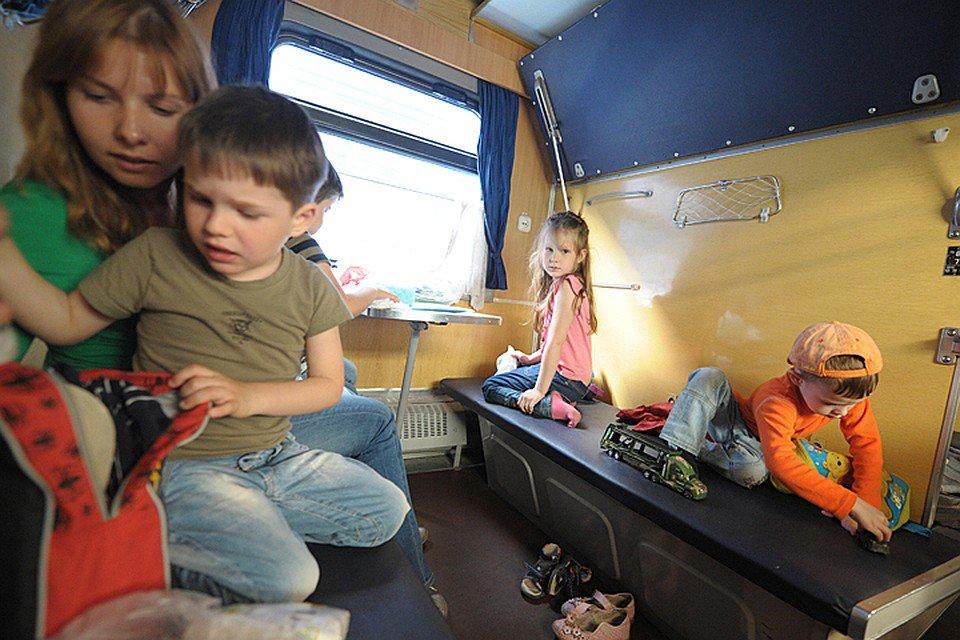 С викой в поезде, пацан ебет зрелую онлайн