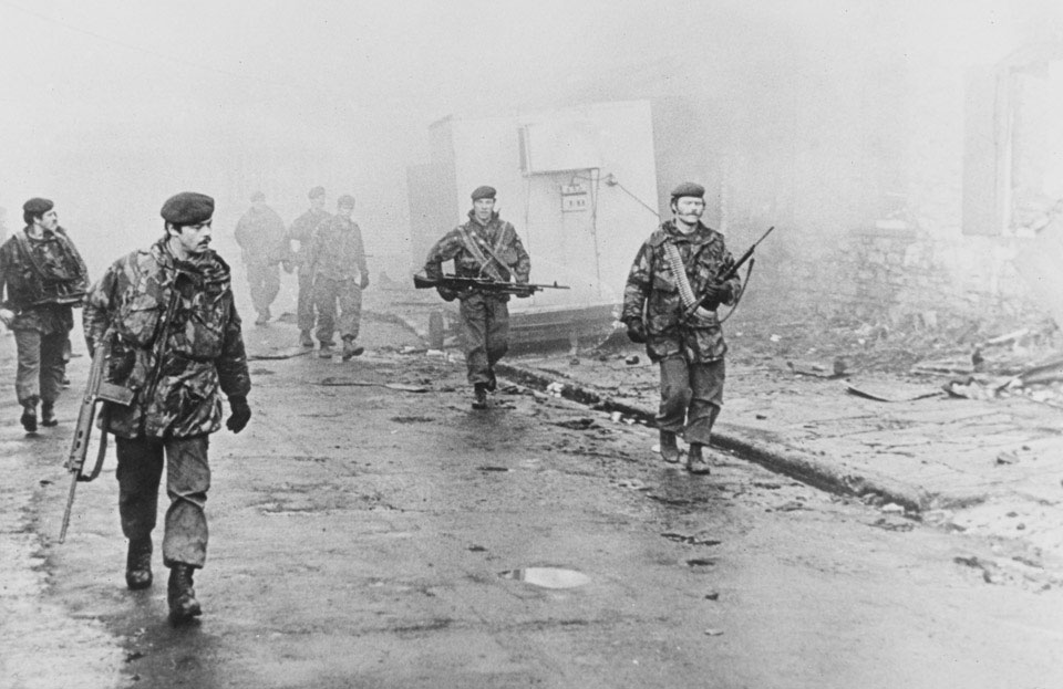 Today is the 37th anniversary of the liberation of the Falkland Islands. We remember the sacrifice of our Army and veterans with humble thanks. Pictured are soldiers of 2nd Bn, @TheParachuteReg entering Port Stanley in June 198 #Remembrance