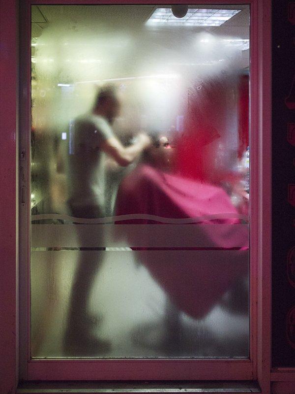 RT @CreativeWisdom_: Soho, London #streetphotography #streetphoto #abstractart #barber https://t.co/bmeWyiTk70