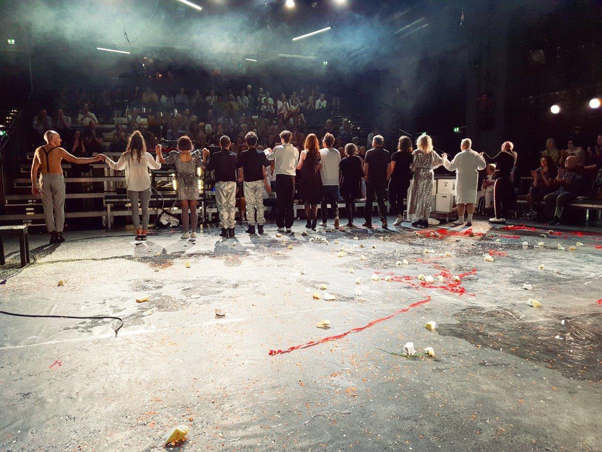 """Premiere """"Das schweigende Mädchen"""" von Elfriede Jelinek über den NSU-Prozess, im Theater Bremen. Krasses Stück - Schauspiel, Live-Videokunst, Bühnenbild, Inszenierung, Musik, geht alles unfassbar nah. Mehr als einmal Kloß im Hals, Wut, Gänsehaut, Tränen in den Augen. Uff. #Bremen"""