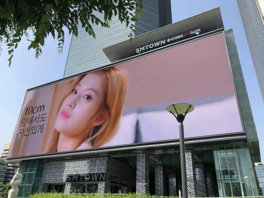 Gedung SMTOWN tapi kok videonya malah @JYPETWICE? Iklan @EsteeLauder Korea yang dibintangi #TWICE diputar di seluruh papan iklan LED di SMTOWN Coex Artium yang merupakan signage LED terbesar di Korea, dengan ukuran sekitar 4x Lapangan Basket! Info: @/oneto9_info (IG)