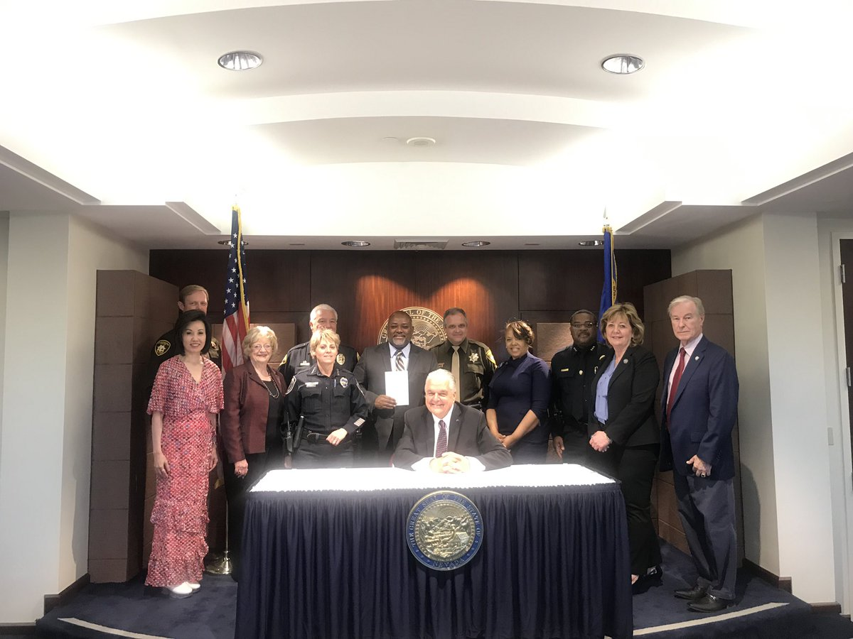 Today's the last day for the signing of 100s of bills, reflecting one of the most pro community sessions in Nevada history! Thank you @GovSisolak for being such an invaluable partner in advancing strong community based policies. @Thompson4AD17 would be proud #nvleg<br>http://pic.twitter.com/uHOrRfeB2j