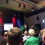 @roelandbol - Buitenoorder Jan Groenhof van @VanMierloBouw loopt op het energiesymposium van @EVBdrecht en BOBO de verschillende mogelijkheden voor isolatie van woningen in Buitenoord na. Opvallend dat ook dubbel glas en isolatiemateriaal na jaren niet meer optimaal renderen. #Barendrecht https://t.co/3ZOaAK0HHz