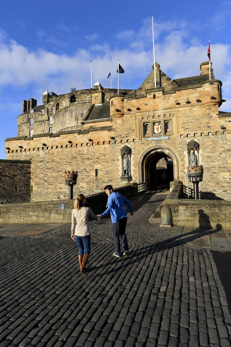 Are you visiting us this weekend, or perhaps over the summer holidays? 🏰 Buy your tickets beforehand for the best price and guaranteed entry? #EdinburghCastle ow.ly/yAhy50uDQS1