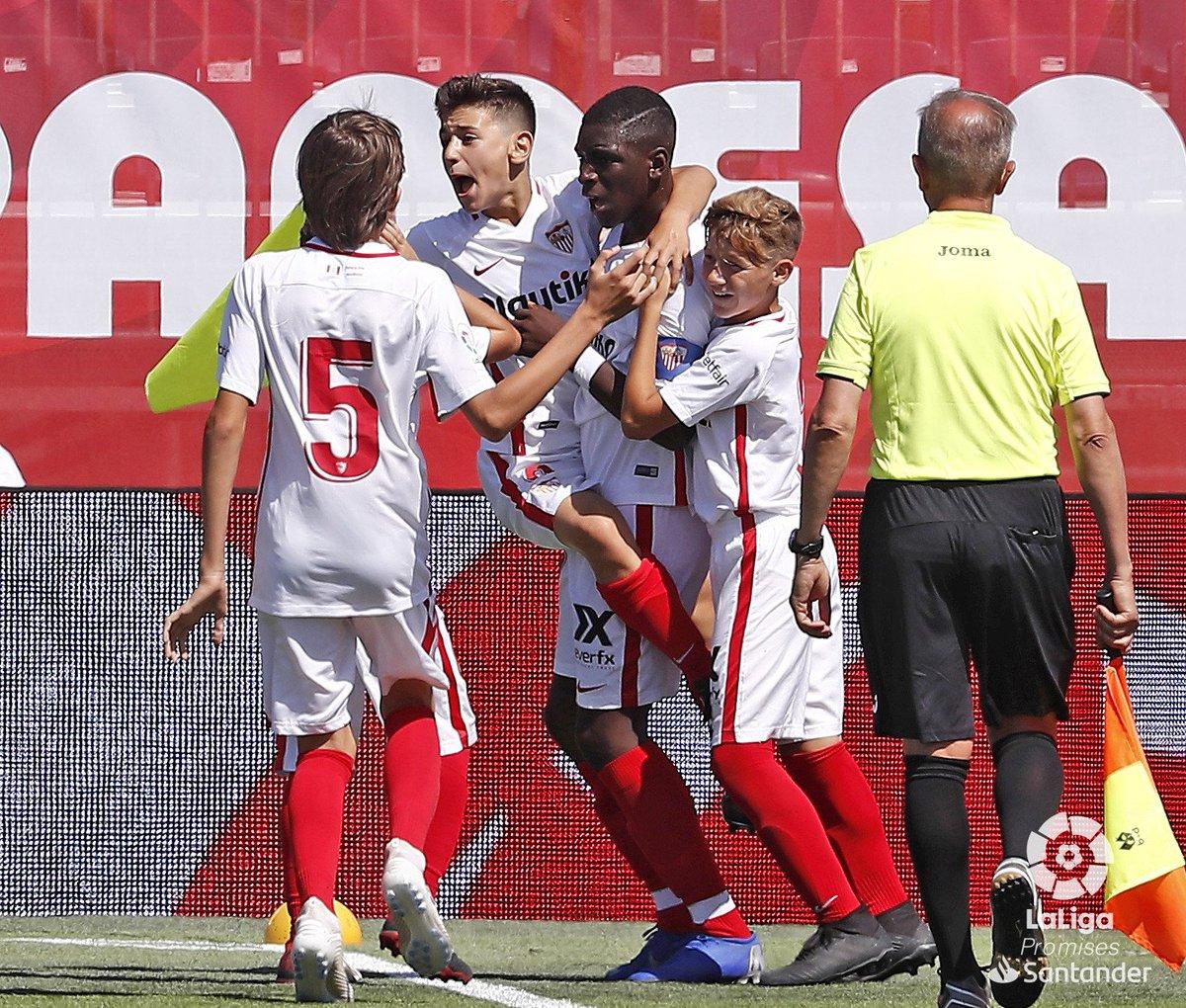 D9F9DF3UYAYgoLr Vidéo - U12 : le but de ce petit génie sénégalais du FC Séville a fait le tour du monde Buts des Lions Football