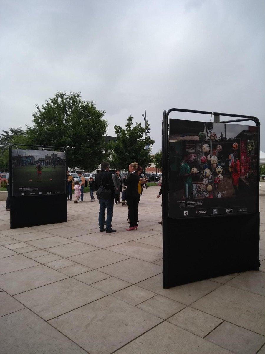Jusqu'au 13 juillet, la Mairie de Décines, le collectif HUMA et OL Le Musée vous présentent une exposition urbaine gratuite devant l'Hôtel de Ville de Décines. Le football comme vecteur d'engagement social et culturel à travers les portraits de 17 femmes passionnées.
