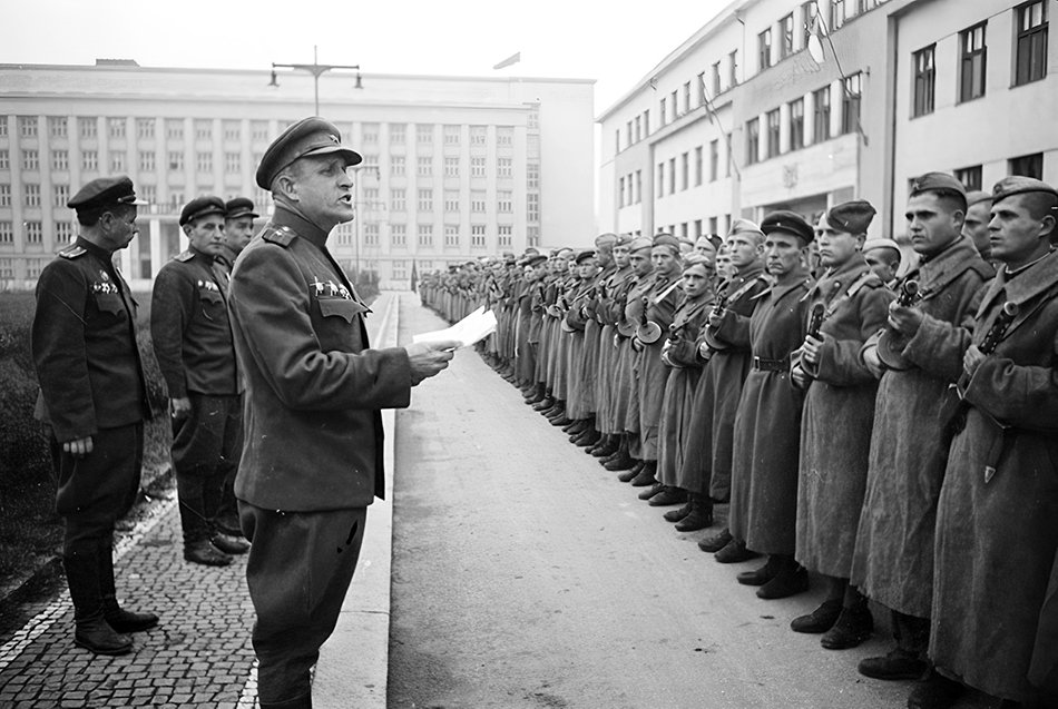 A major of the Red Army gives a speech in front of his men in the city of Ungvar, Hungary, 1944. #WW2pic.twitter.com/GKAEcFazsw
