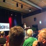 @roelandbol - Journalist en schrijver Marco Visscher @_Tegengeluid heeft zojuist een drukbezocht energiesymposium van @EVBdrecht en BOBO in CultuurLocaal De Baerne geopend. #Barendrecht https://t.co/YOYYfdxTei