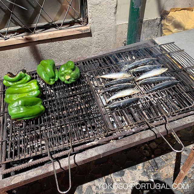 test ツイッターメディア - いわし祭りのイワシは、炭火でじっくり焼いています。パプリカは、黒焦げに焼いて皮を剥いて食べます。6月いっぱい開催です。 #リスボン #ポルトガル #いわし https://t.co/xQbitPQZP4