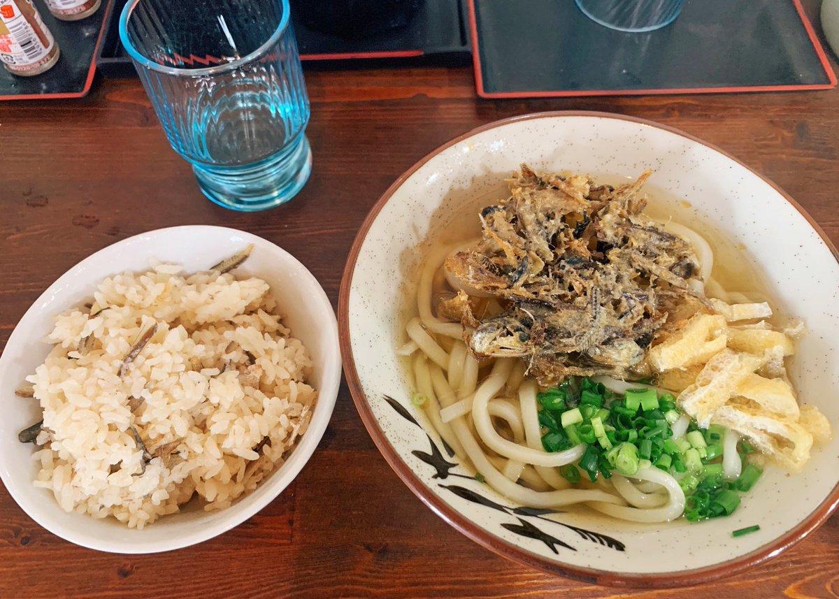【讃岐うどん河野】@東京:要町駅から徒歩8分香川県から直送された伊吹島産イリコ使用のかけうどん(400円)を食べられるお店。毎朝、その日に使う新鮮なイリコのみを取り扱っており、イリコの旨味がスープに溶け込んだ逸品!トッピングのイリコ天(100円)もジューシーで、うどんによく合います!