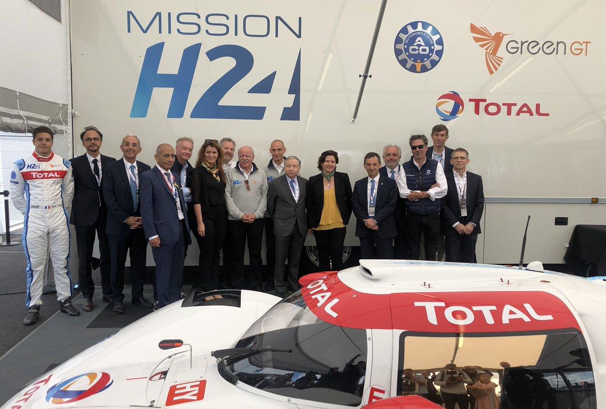 Présentation de la voiture à Hydrogène @MissionH24 aux @24heuresdumans avec @fillon_pierre @RoxaMaracineanu @MarleneSchiappa et Nicolas Deschaux Président de la @FFSportAuto