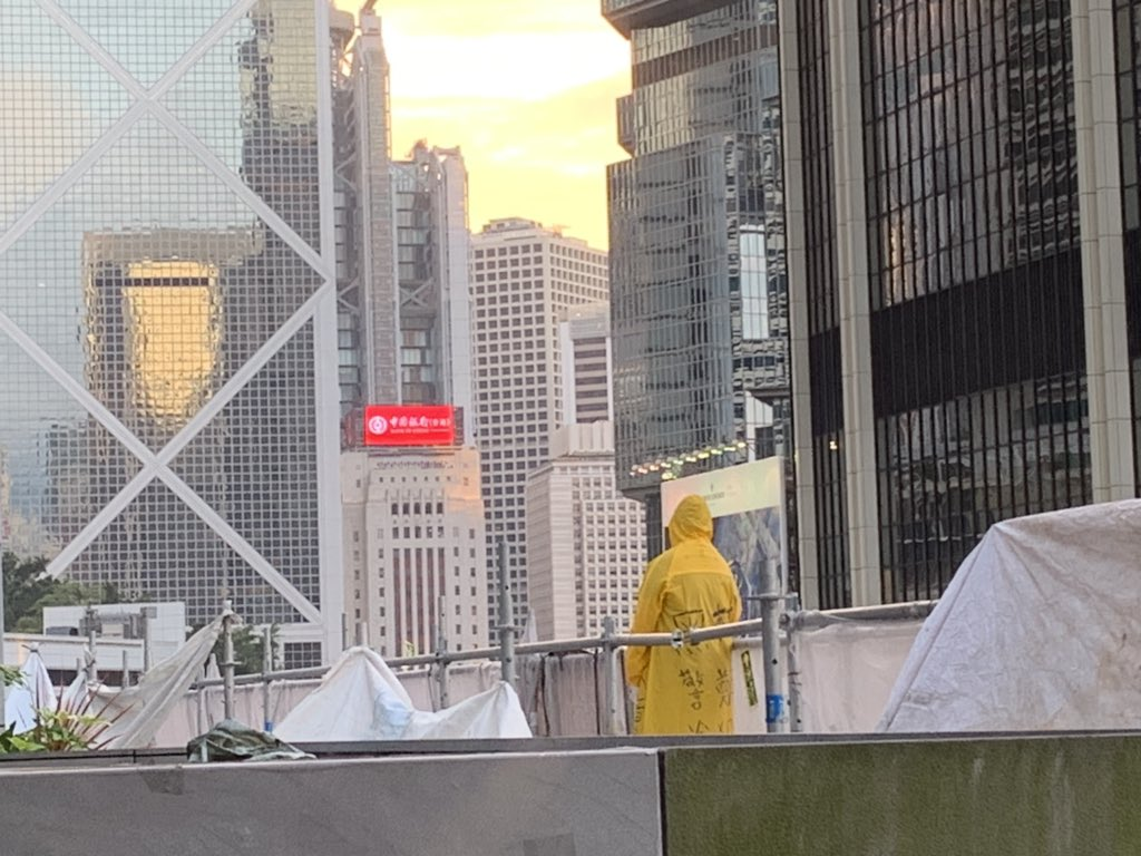 Someone's threatening to jump onto Queensway from the fourth level terrace by the J.W. Marriott. Spoke to a bystander who said it's an anti-extradition bill protestor. Unsure if a stunt or not but it's what's happening now. #HongKongProtests #ExtradictionBill