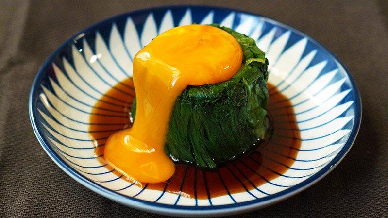 【レシピ】このニラレシピが魔法なんだけど、めんつゆ、ラー油をかけて、卵黄をのせるとおいしい