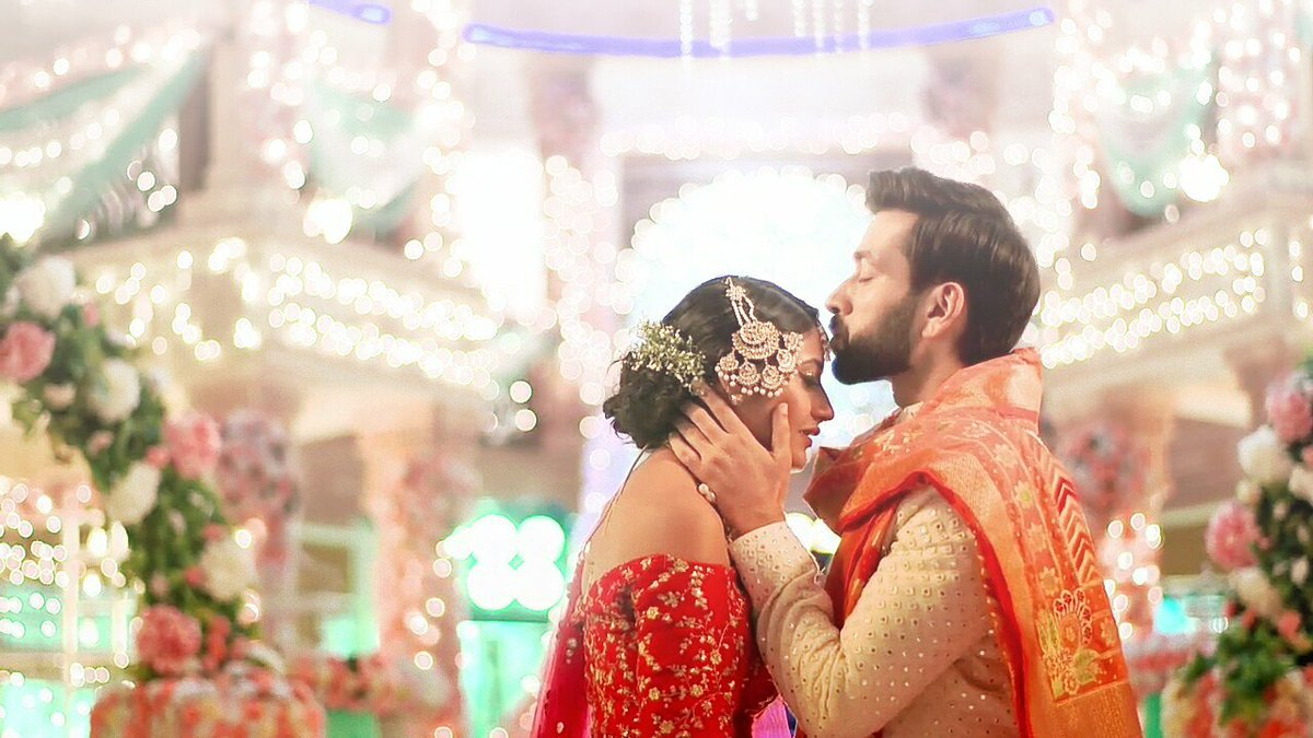Eid Mubarak mere Chaand! And then Shivaay gifted his Annika the marriage she had dreamt  #ShivikasBeautifulJourney<br>http://pic.twitter.com/edxJ3Kh1Fw