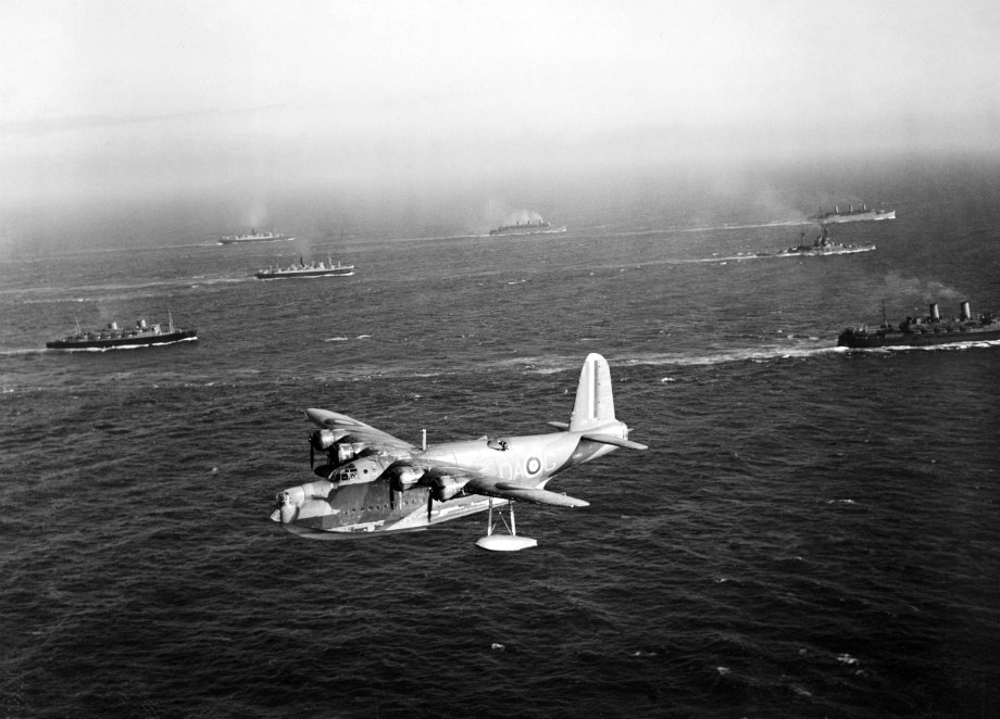 A Short Sunderland flying boat of No. 210 Squadron RAF patrols over a Canadian troop convoy on its way to Greenock, July 1940. #WW2pic.twitter.com/9P1WJYjCKa
