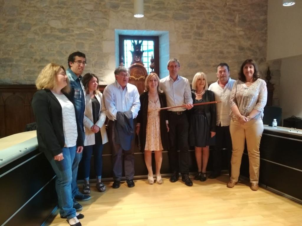 Miembros del PNV, junto al nuevo alcalde y al alcalde saliente