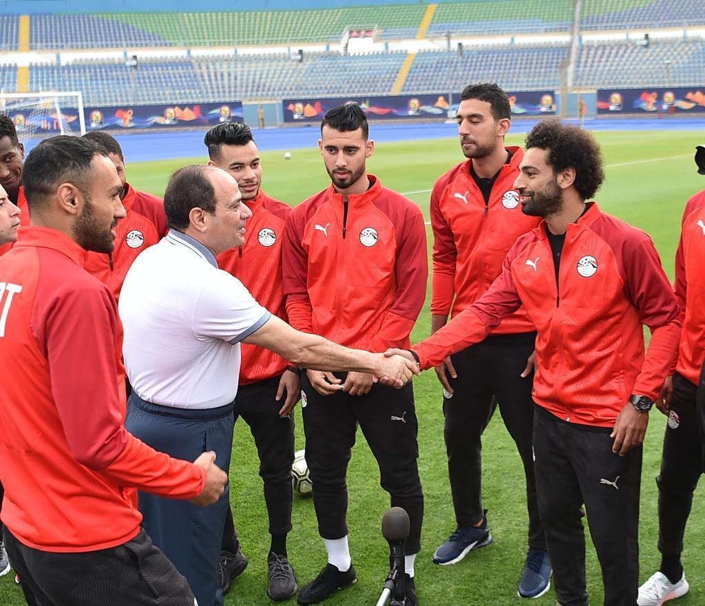 President @AlsisiOfficial visits National Football Team (@Pharaohs) while trainingDetails at https://bit.ly/2Xjns0M  #EgyptToday #Egypt2019 #TotalAFCON2019 #AFCON2019#كأس_امم_افريقيا_2019 #أمم_أفريقيا #السيسي #محمد_صلاح