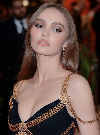 Lily-Rose Depp wearing vintage Chanel at the Met Gala 2019 <br>http://pic.twitter.com/XV4PjY4Jvr
