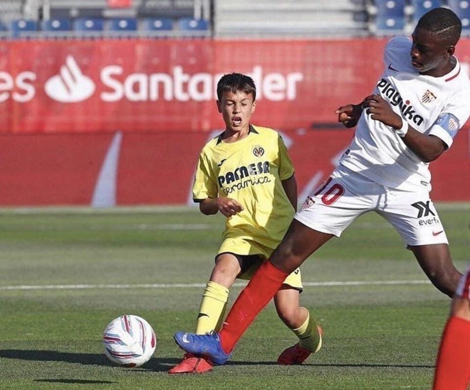 Le gabarit impressionnant dun U12 de Séville face à U12 de Villareal 😲 Sa femme et ses deux enfants sont fiers de lui 😅