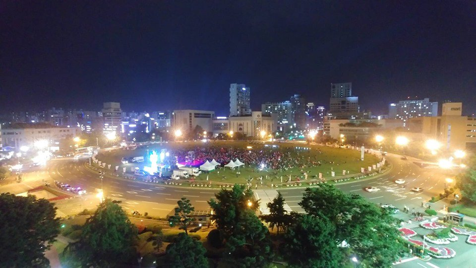 #실시간 지금 #창원광장 은? #U20월드컵 우승을 위한 #거리응원 을 위해 창원 #붉은악마 집결중!! 응원으로 하얗게 밤새울 친구들 얼른 오세요^^  지금 창원광장입니다!!! https://t.co/EUwjX0uckB