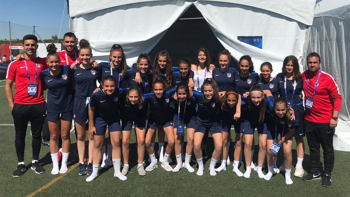 ¡Qué gran honor! 😃 @anitamarcos09 visitó a las jugadoras del Femenino Infantil A en la previa de la semifinal de la #WomensFootballCup y les transmitió toda su fuerza antes de su duelo decisivo frente al @OLfeminin #AúpaAtleti