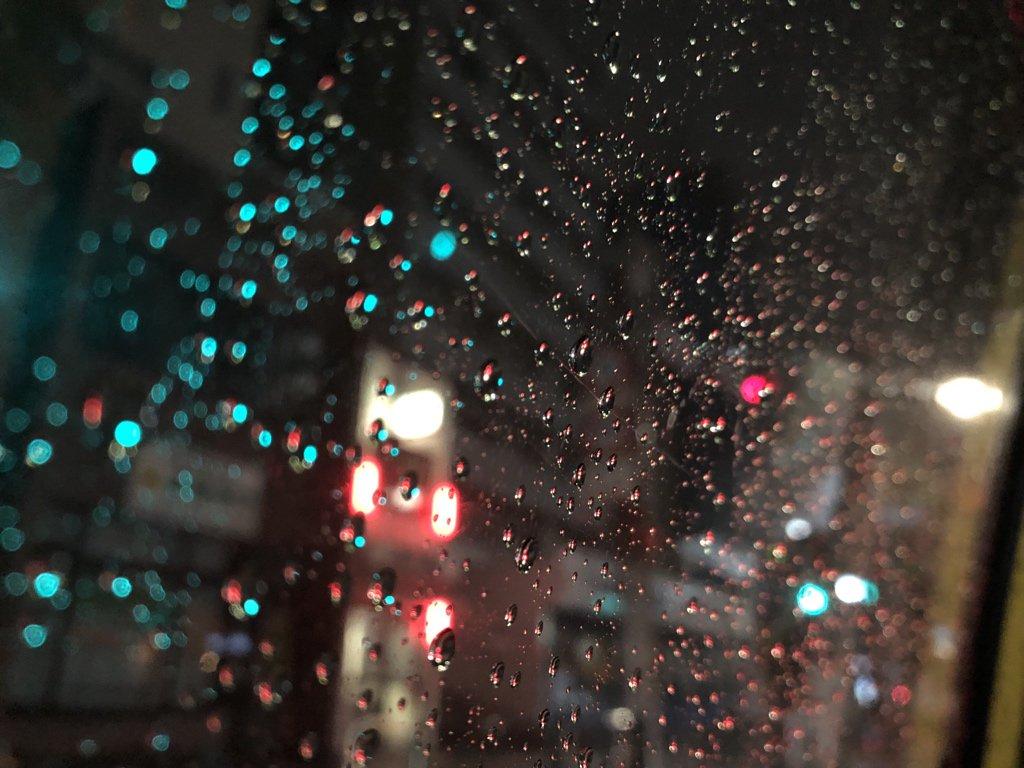 またすごい雨!でも車窓の水滴が綺麗です。今日もおつかれさまでしたー。