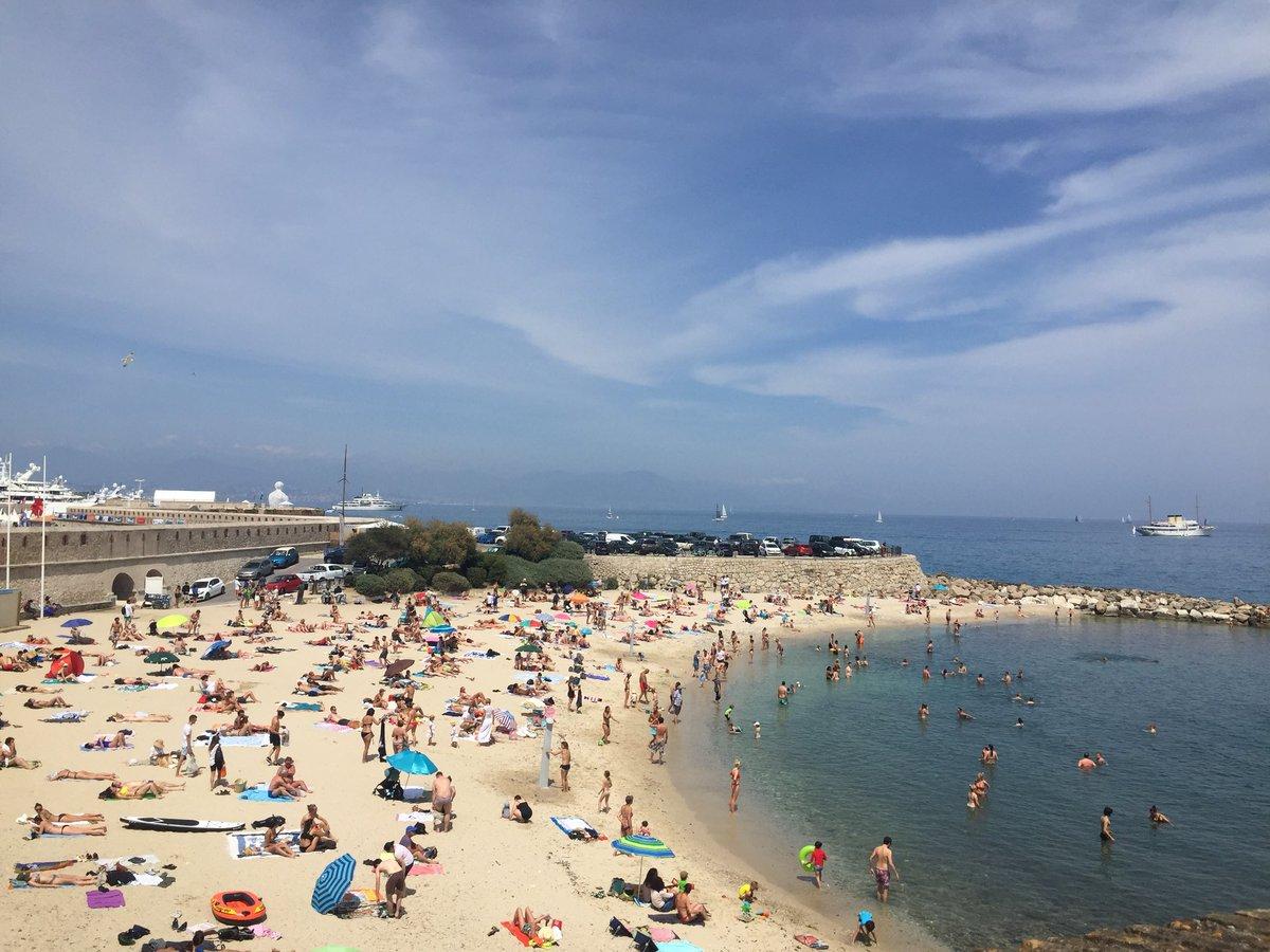 Escapade à #AntibesJuanlesPins et pause en bord de #mer à la plage de la Gravette, Située à l'entrée du centre historique et de port Vauban. Mer d'huile, sable, plaisance et très beau ciel bleu. #CotedAzurFrance #beach #plage #EscapadeSympa #Méditerranée
