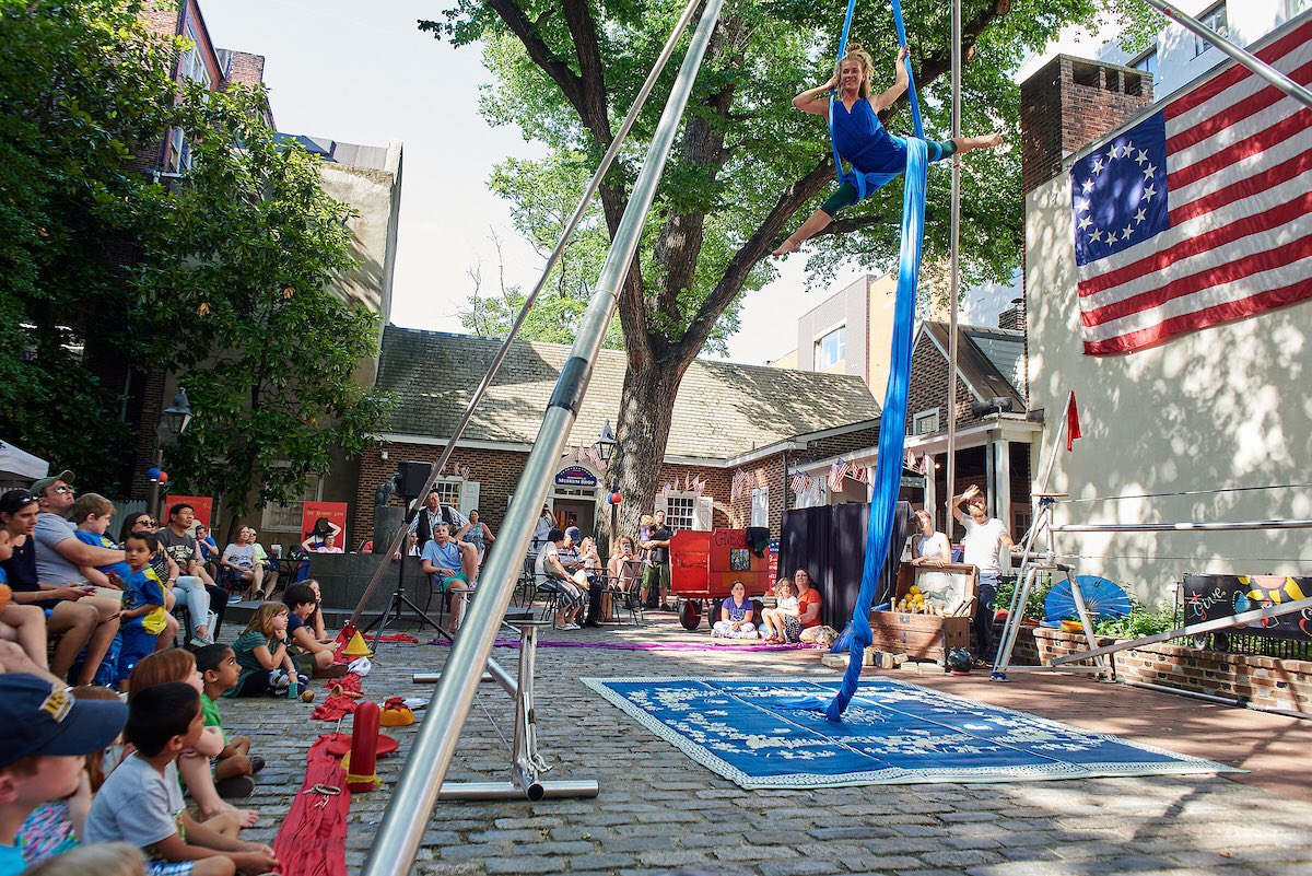 It's Stars & Stripes Saturday with performances by the Give & Take Jugglers, the Colonial Kids Quest puppet show, the Magic of Ari Felber, Funicular Aerial Circus, old-time carnival games and more! Now through 5pm! #visitphilly #discoverphl #historicphilly  by Albert Yee.<br>http://pic.twitter.com/I55wbQaCnP