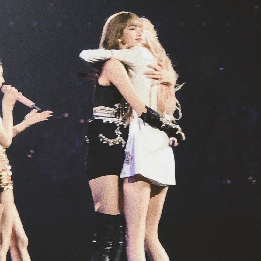 """With Lisa by my side, I'm able to endure and go on. That comes to my mind at times. I'd feel empty if she weren't with me."" - Rosé   #ChaeLisa #Rosé #Lisa #BlackPink <br>http://pic.twitter.com/PXcIBwCim4"