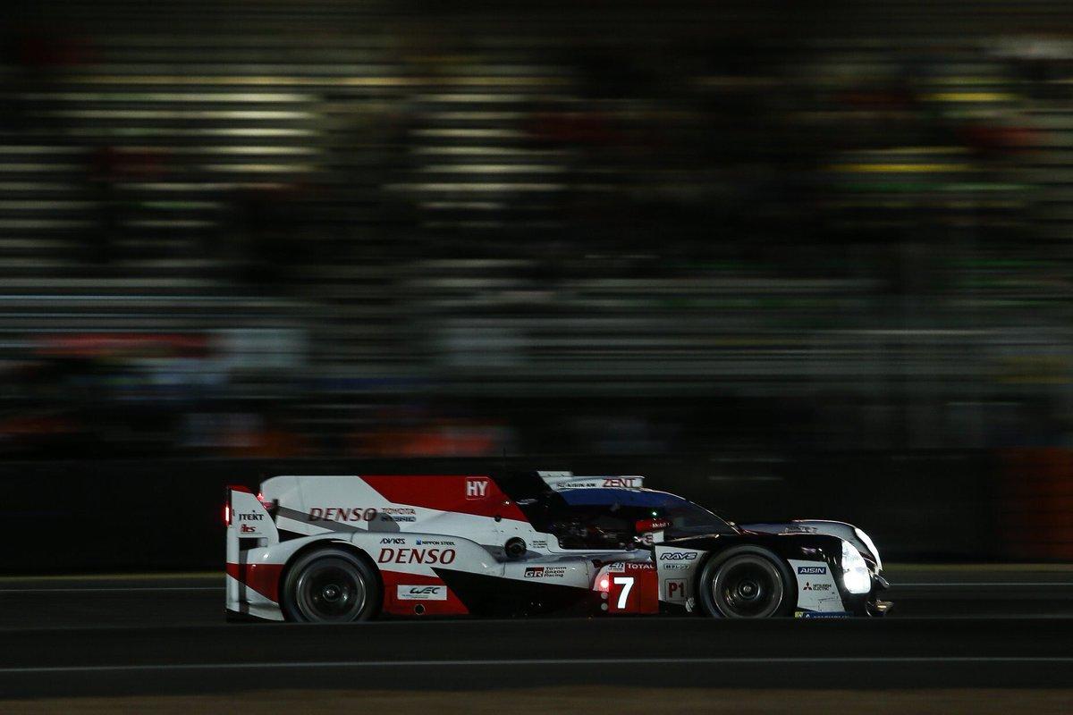 Completadas 10 horas de carrera y cayó la noche en Le Mans. Toyota lidera con el TS050 #7 mientras el #8 marcha segundo. Faltan 14 horas. #LeMans24 #Toyota #TS050 #PushingTheLimitsForBetter @Toyota_Hybrid