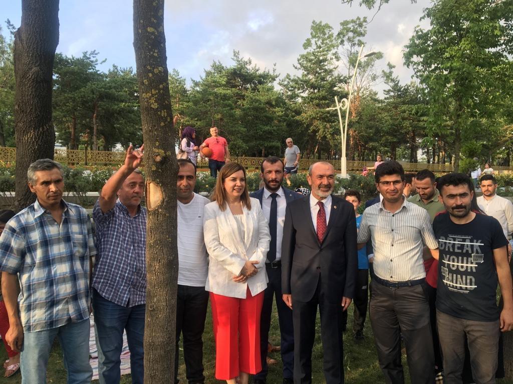 """""""İstanbul kazanırsa Türkiye kazanacaktır.İstanbul diri ve dirençli olursa Türkiye çemberi yaracaktır. Buna inanıyoruz,başaracağımızdan şüphe etmiyoruz.""""Lider Devlet BAHÇELİ @dbdevletbahceli   15 Temmuz Millet Bahçesinde vatandaşlarımızla bir aradayız. Kararımız bir,inancımız bir."""