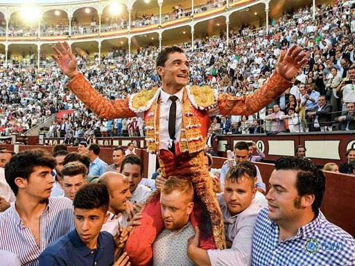 Paco Ureña sale por la puerta grande en Las Ventas, luego de cortarle las orejas al segundo toro de su lote que fue de Victoriano del Río en San Isidro 2019.  #AlQuite #PacoUreña #SanIsidro