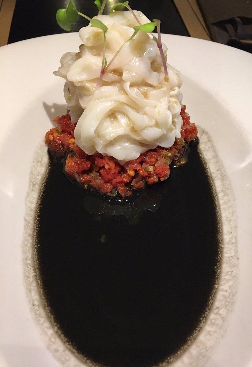 Disfrutando en @SecretoaVocesOv de platos originales, diferentes y sabrosos con una buena bodega. Cocina divertida en #Oviedo