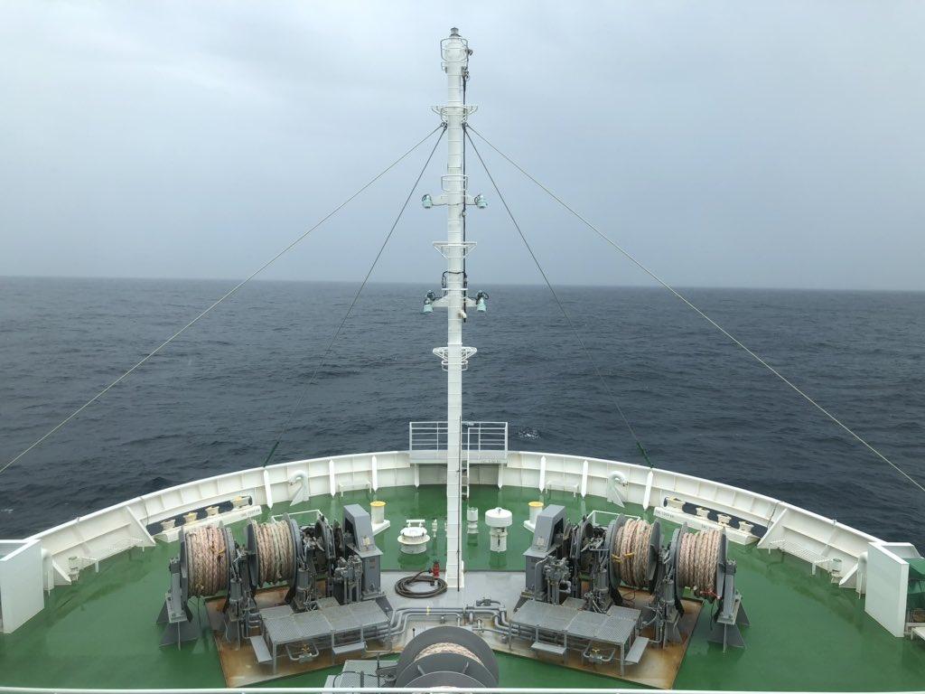 金華山灯台を通過したら雨は止んだけど、どんよりとした天気で海況は悪い。  常にドンブラコとピッチングしてます。  南の方は、青空が見えてきました。  こんな日は、他の船が走ってないからオートパイロットで楽に走れるけどね。  #seamenslife #roroship  #lifeonship #ピッチング #低気圧 #航行中
