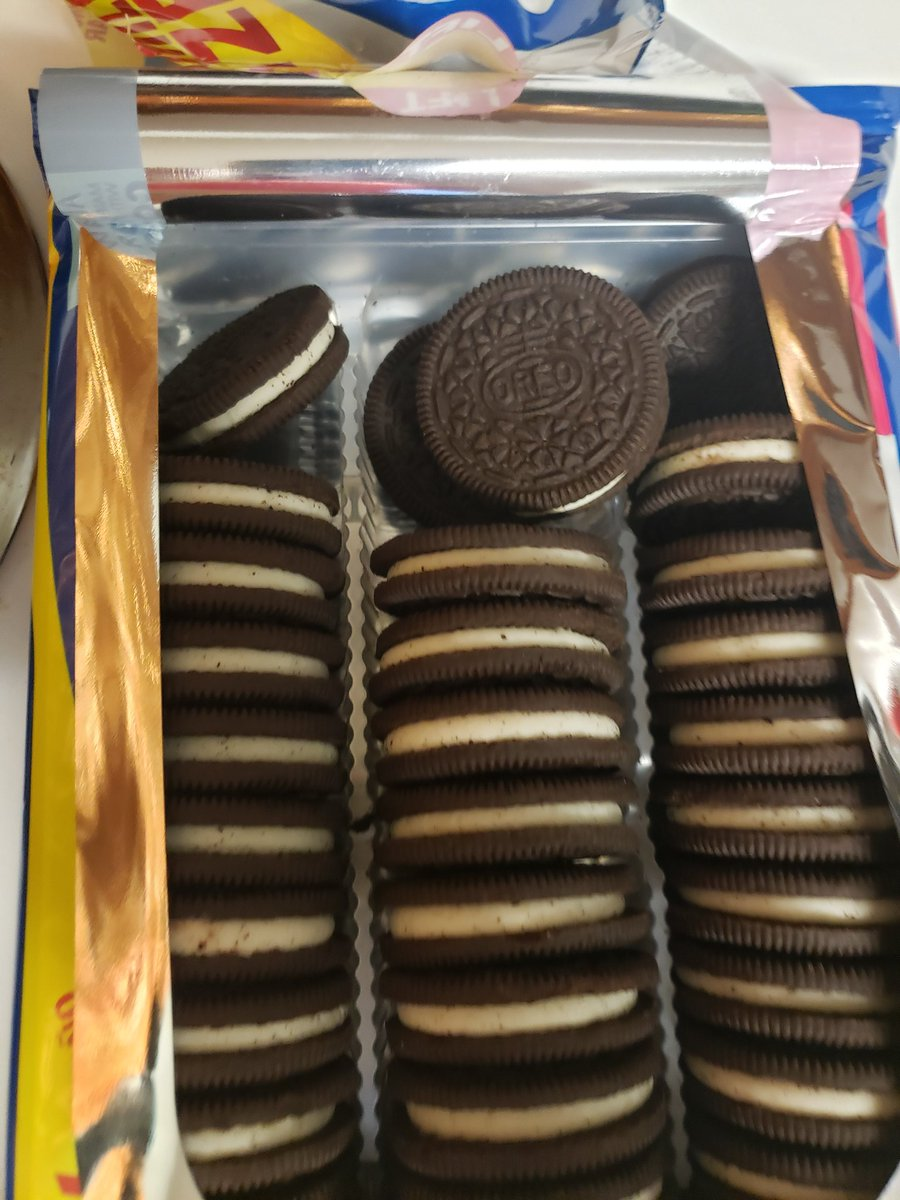 @Oreo so... what's up?? Just opened my oreos, looks like someone is gettin lazy,  or stealing cookies from the plant
