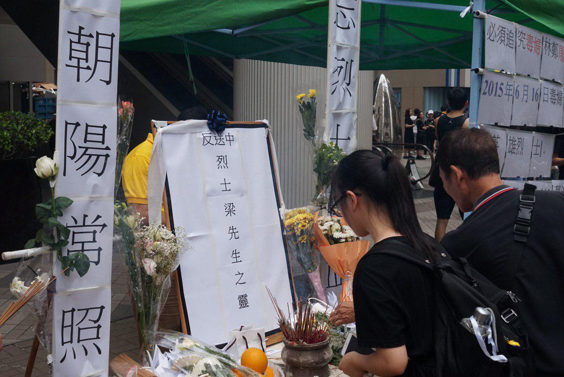 Another makeshift memorial stand was set up in Admiralty to pay tribute to the anti-extradition protester who fell to his death on Saturday.   👉 Full story: http://bit.ly/2XOsCPy 👉 In full: http://bit.ly/extraditionhk #NoToChinaExtradition