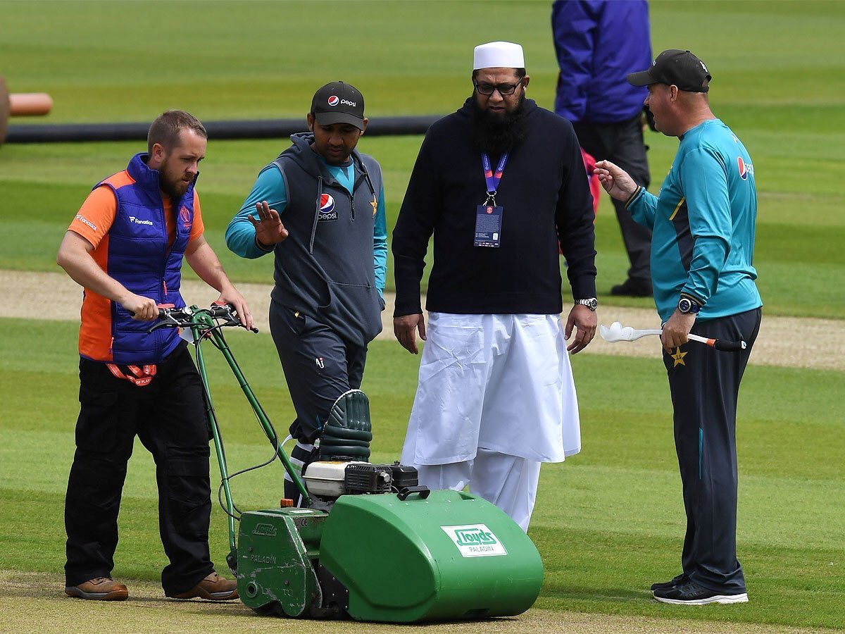 Why a Mullah in Ground ? Is this a religious activity or Cricket game ?@ICC where are u ?#ShameOnICC #AUSvPAK