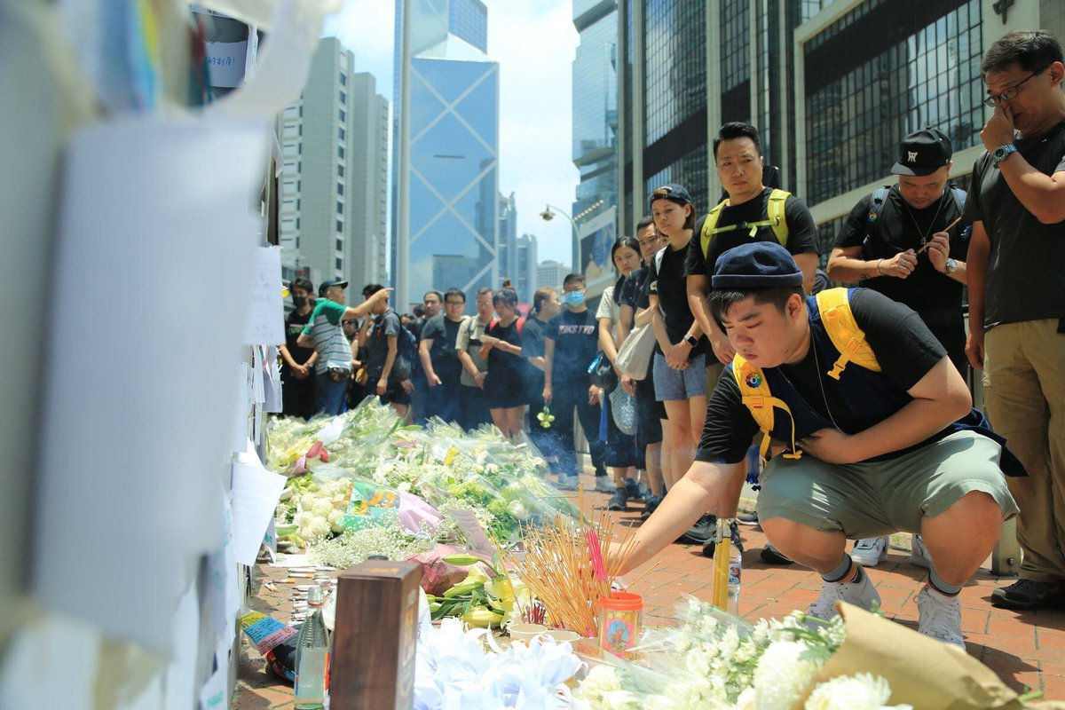 People queue up to pay tribute at a memorial for the anti-extradition law protester who fell to his death in Admiralty on Sat.  👉 Full story: http://bit.ly/2XOsCPy  👉 In coverage: http://bit.ly/extraditionhk