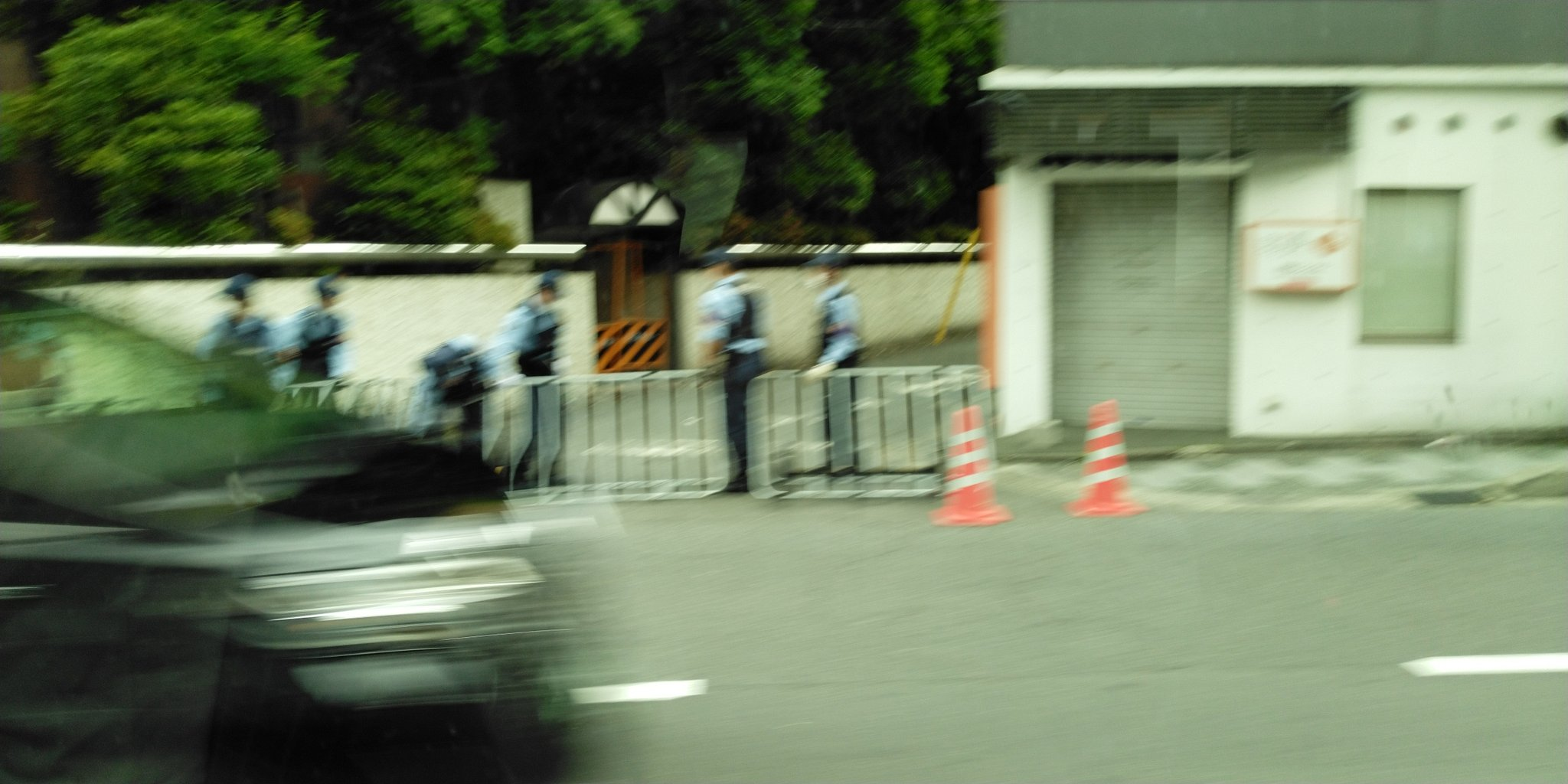 画像,京都市内、車の中からやからボヤけてる💦交差点ごとにお巡りさんいてて、バリケード張ったり、交差点の端にバリケードを畳んで置いてた。吹田の事件と関係あんのかな??市…